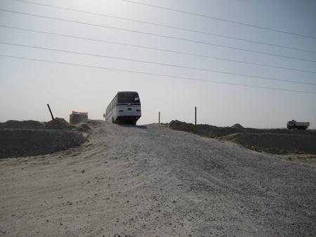 Droga do kościoła - nawet autobusy walczą z przeszkodami