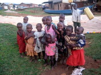 Uganda - dzieci w rybackiej wiosce nad Jez. Wiktorii
