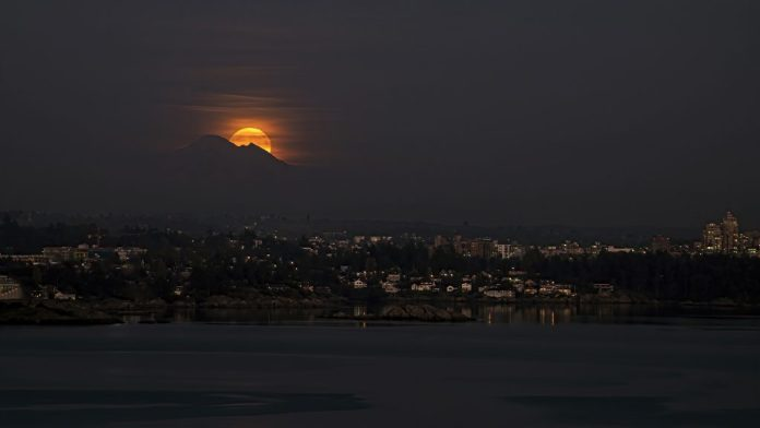 Alec Lee took this photo of the Hunter's Moon rising behind Mount Baker, over Victoria, British Columbia, on Halloween 2020. | SkyNews Magazine