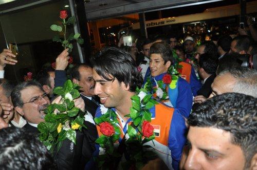 شاهد بالصور والفيديو...لحظة وصول منتخبنا الاولمبي إلى مطار بغداد
