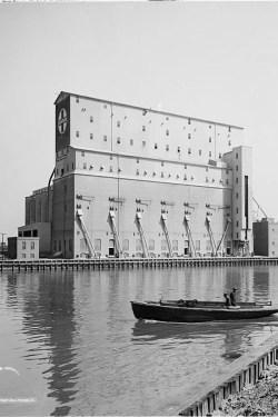 Santa Fe Elevator, Damen and the Chicago River. Courtesy of Thomas Leslie.