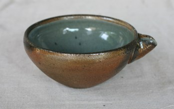 Svend Bayer 65. Bowl with spout, wood ash glaze outside, celadon inside, from above 9 x 18 cm SOLD