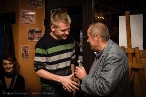 Karol Samsel odbiera nagrodę w TJW