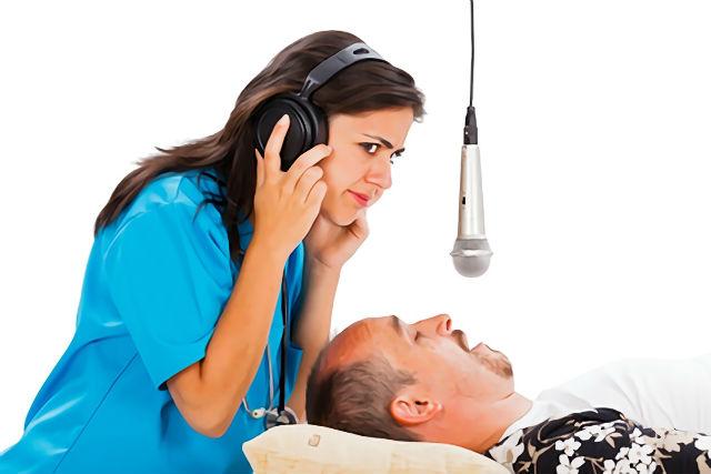 睡眠時無呼吸症候群をチェックする女性