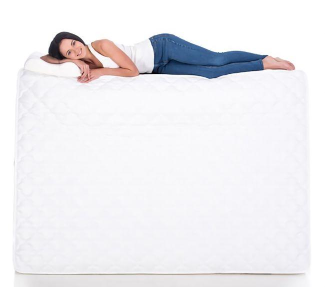 厚いマットレスに寝る女性の画像