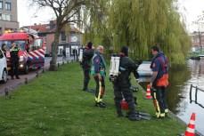 Brandweerduikers assisteren politie en handhaving, Maresingel in Leiden