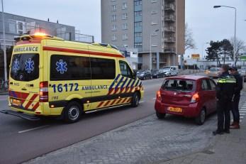 Scooterrijder klapt achterop auto, Vrijheidslaan in Leiden