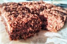 Snasket lækker chokoladekage med choko-kokostopping