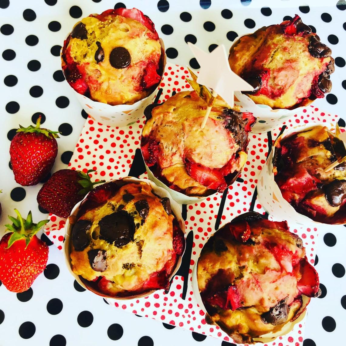 Sunde muffins med chokolade chips og jordbær
