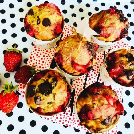 Sunde muffins med chokolade chips og jordbær. Perfekte til uddeling i dagpleje, vuggestue eller børnehave.