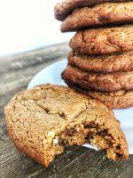 Lækre peanutbutter cookies med chokolade. Tilpas sprøde udenpå og seje i midten.