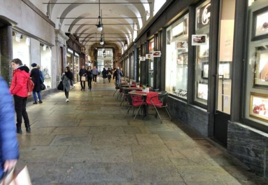 Shopping under the porticoes
