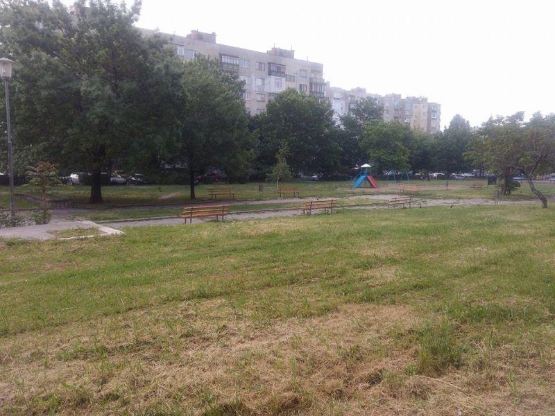 Косенето на тревните площи в Сливен се извършва по график
