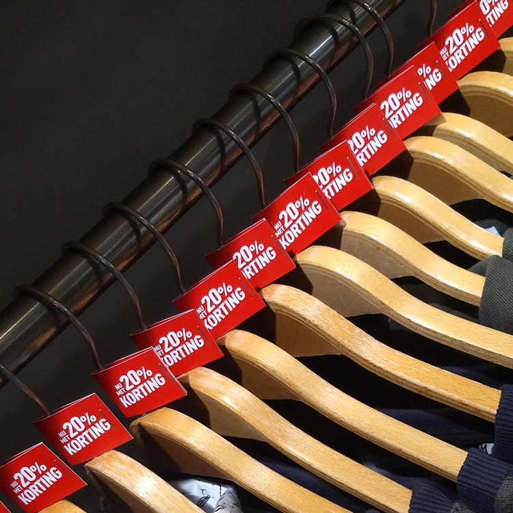 Kortings labels drukken | Black Friday 20% Kortingslabels kleerhangers - Ultimo mode Oldenzaal