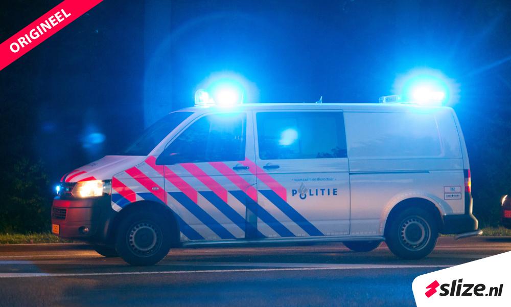 Grafische beeldbewerking - een foto veranderen in photoshop. Politie voertuig met sirenes, avondfoto.