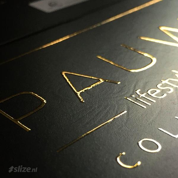 Werken met foliedruk. Speciaal en luxe drukwerk met foliedruk goud. Foto van label afgewerkt als drukwerk special.
