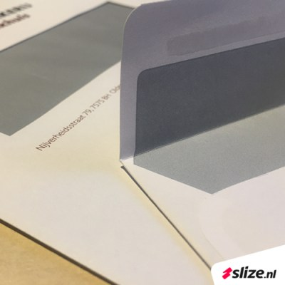 Nooit meer enveloppen dichtlikken! Bedrukte enveloppen met handig zelfklevende plakrand, goedkoop en snel drukwerk van Slize in Oldenzaal (Twente/Overijssel)