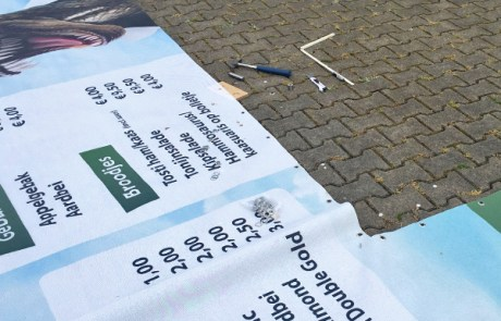 Uitsparing in een spandoek maken - Drukwerk Denekamp (Twente)