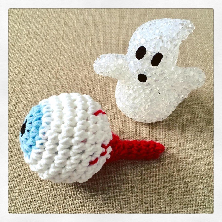 Crochet Halloween eyeball and mini ghost decoration.