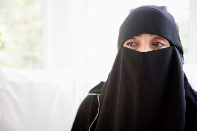 Švédsky súd akceptuje islamské právo šaria. Moslimka, ktorá odmietla podať ruku mužovi, vyhrala spor.