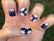 delightful daisy nail design