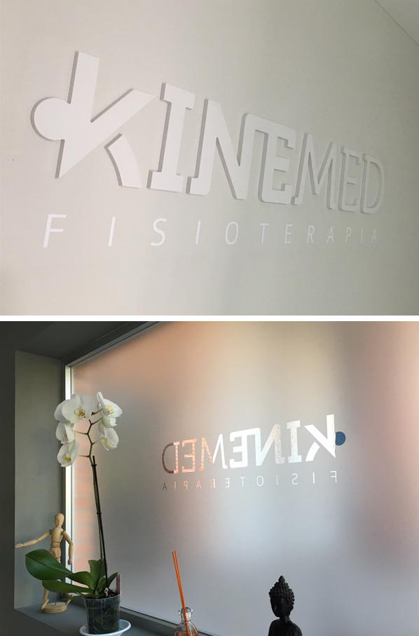 Kinemed. Letras corpóreas en PVC y ventanal en vinilo al ácido.
