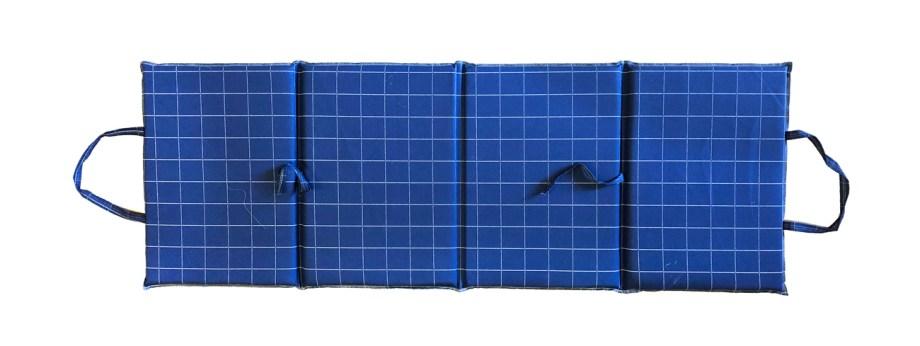 Ležaljka za plažu spužvena preklopna. Praktična sklopiva ležaljka izrađena od spužve a obložena pamučnom tkaninom, idealna za plaže i neravne površine kako bi vam sjedenje ili ležanje učinila lakšim.