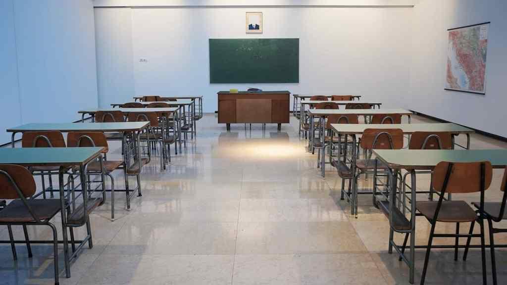 Prazan razred u školi, školske klupe