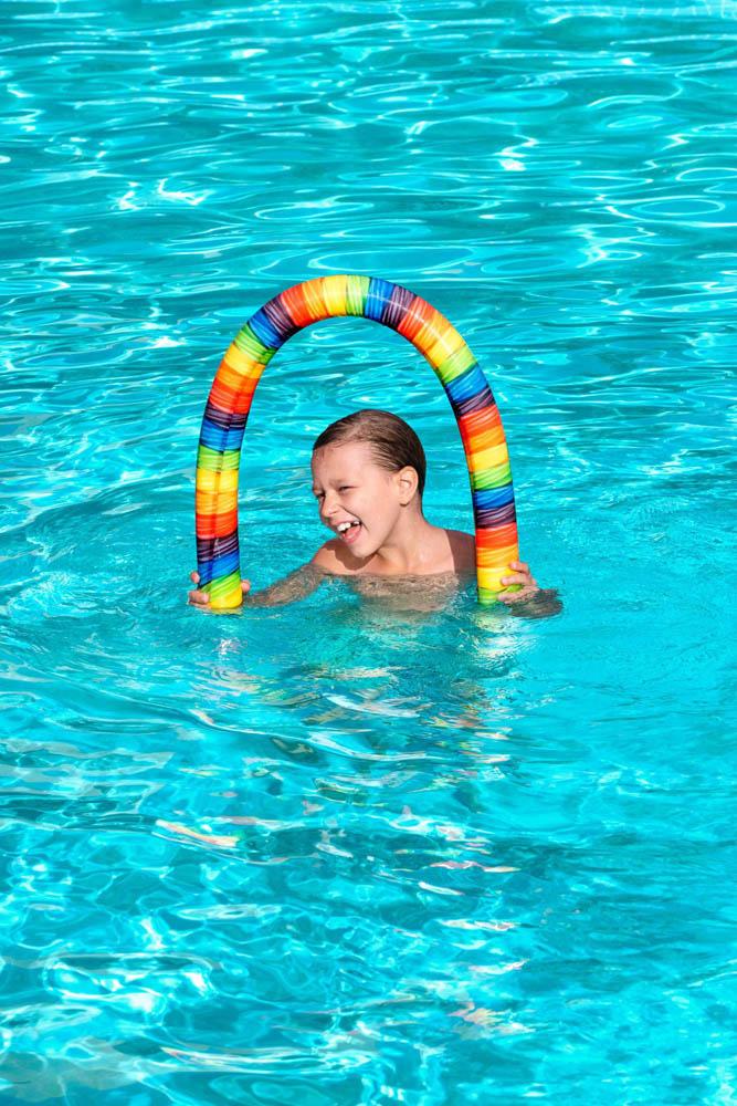 Spužveni crvić za plivanje, 4 modela, 122cm. Spužveni crvić za učenje plivanja u vodi. Crvić je dodatno obložen poliesterskom tkaninom u 4 šarena modela.