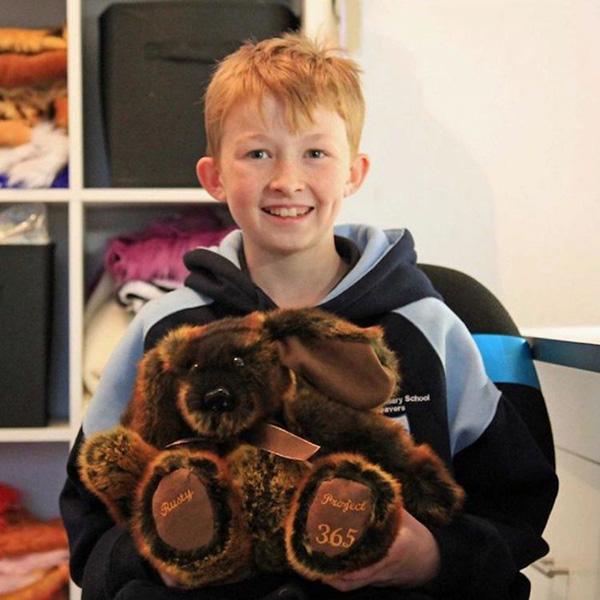 Спасибо родителям за такого чудесного ребенка:Парень шьет игрушки и дарит их больным детям