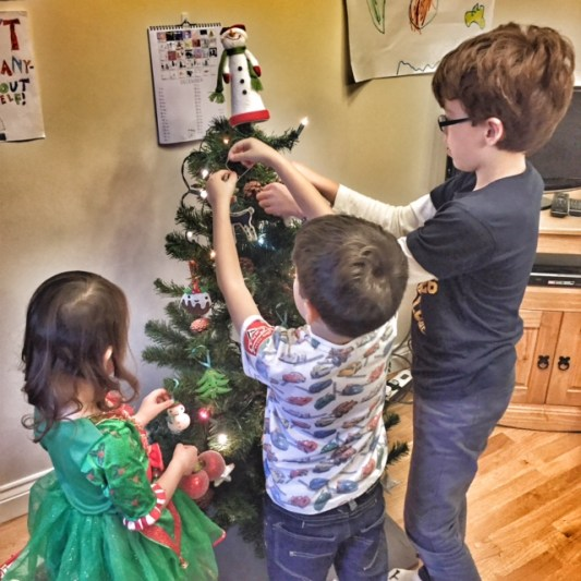 kids-decorating-tree