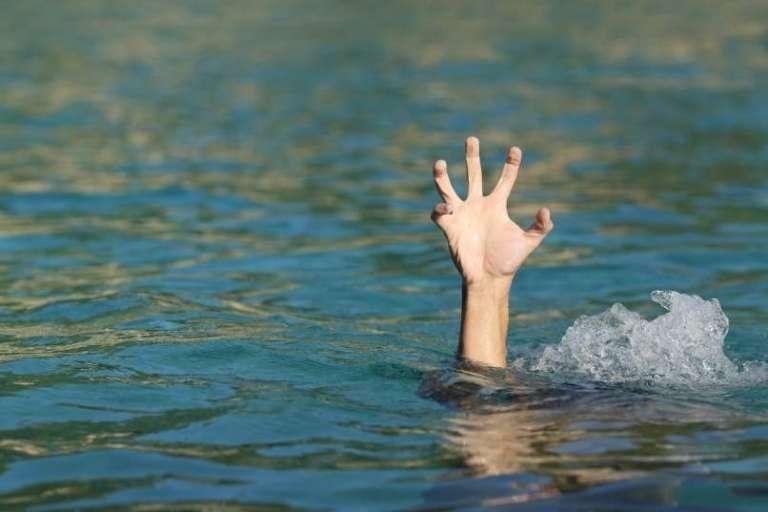 V jezeru utonilo 4-letno dete, njen boj za življenje opazila šolarka