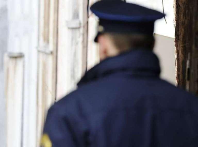 Zaradi pozabljenega nahrbtnika napadel soseda in grozil policistu