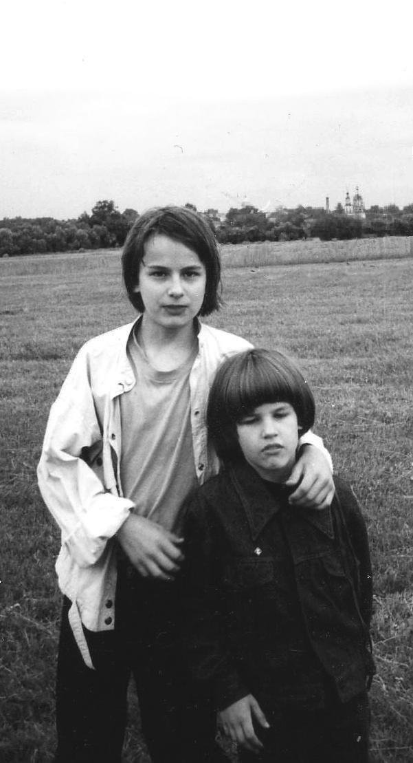 Со старшим братом, на заднем плане купол Никольского храма 1996г.