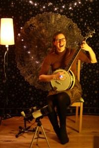 SLOW Portrait vor der Wohnzimmer Show