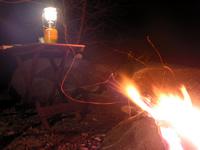 ランタンの明かりと焚き火.jpg