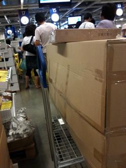 IKEAでソファーを買いレジ待ちちう。