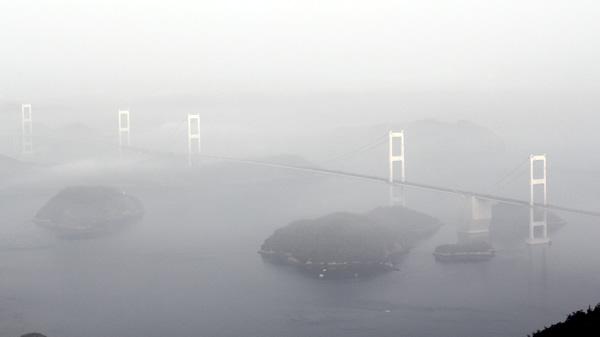 霧に浮き上がる来島海峡大橋