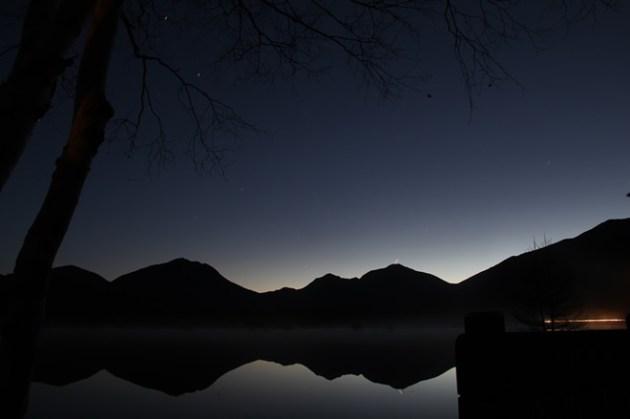 5:11 湖面に星も映っています。