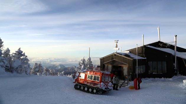 雪上車と横手山頂ヒュッテ