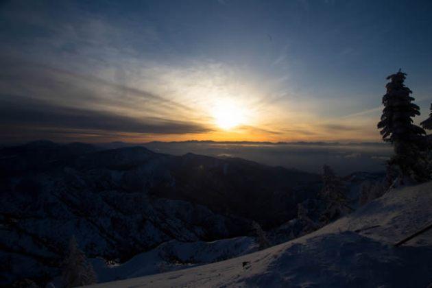 横手山頂点描 北アルプスの向こうに沈む夕日