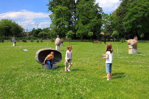800px-Children_playing_on_the_lawn_outside_the_Regional_Museum_in_Stalowa_Wola