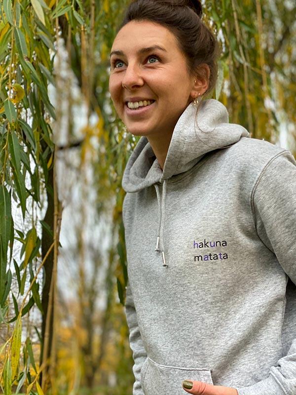 nachhaltiger-hoodie-fair-fashion-pullover-hakuna-matata-slowli-6