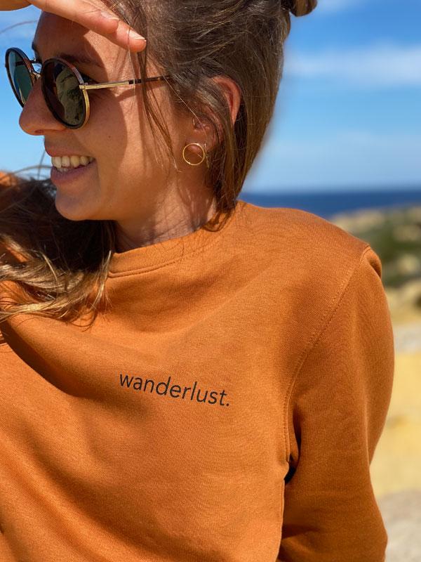 nachhaltiger-pullover-sweatshirt-wanderlust-1-slowli