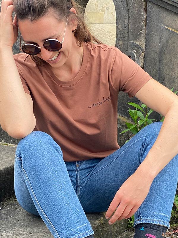 nachhaltiges-shirt-fair-fashion-t-shirt-wanderlust-braun_5