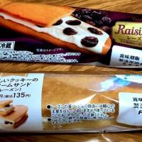 ファミマの香ばしいクッキーのクリームサンド or Yamazaki レーズンサンドは至高のレーズンお菓子ですよ!