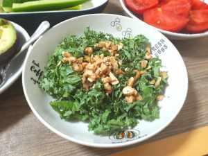 フリルケールとナッツのサラダ