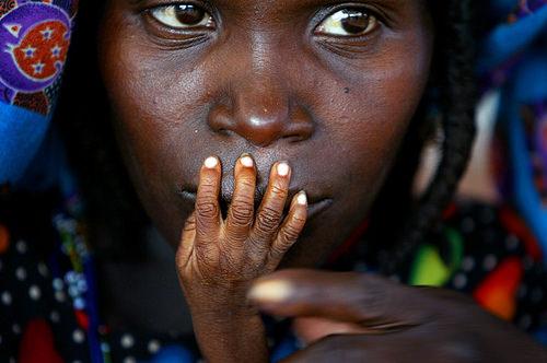 핀바 오렐리(Finbarr O'Reilly)의 사진. 나이제르의 병원에서 영양실조에 걸린 아이의 손에 키스하고 있는 어머니. 2005년