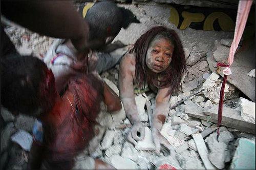 다니엘 모렐(Daniel Morel), 아이티 지진 잔해에서 구출되는 여인