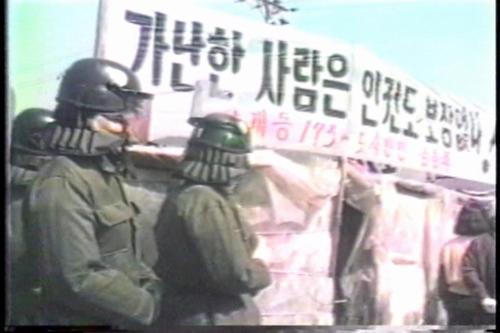 상계동 올림픽의 한 장면  (상계동 올림픽 Sanggyedong Olympic 김동원 | 1998 | Documentary | Color | 27min)  올림픽에 오는 외국손님들에게 가난한 서울의 모습을 보이면 안된다는 도시미학적(?) 관점에서 진행된 달동네 재개발사업.이 때문에 상계동 주민들을 비롯한 서울 200여곳의 달동네 세입자들은 아무 대책도 없이 몇십년씩 살던 집에서 쫓겨나야 했다. (설명 출처: 다음영화)